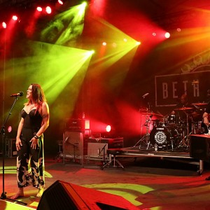 BETH HART FIRES UP THE CLARIDGE STAGE
